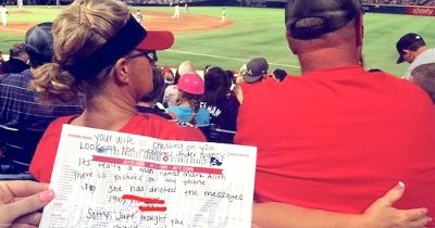 Two Sisters Noticed A Woman In Front Of Them Is Texting Another Man Told Husband Via A Note